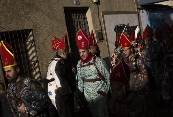 Участники во время шествия в рамках традиционного фестиваля Эндиаблада в городе Альмонасид-дель-Маркесадо в Испании