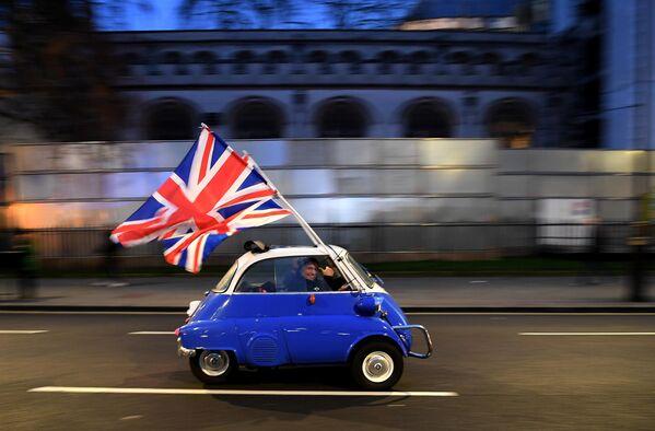 Мужчина с флагом Великобритании в Лондоне