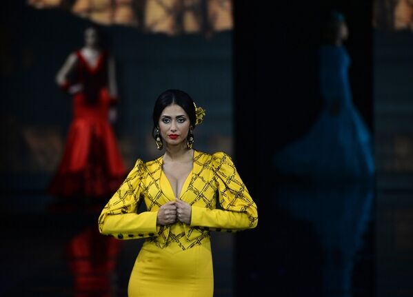 Модель на показе Loli Vera на Международном показе моды фламенко в Севилье