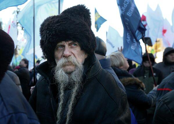 Участник акции против земельной реформы у здания администрации президента Украины в Киеве