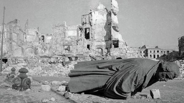 Руины города Дрездена, пострадавшего от воздушного налета американской авиации