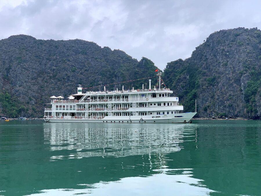 Круизный корабль в бухте Ха Лонг