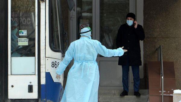 Сопровождающие граждан КНР возле центра наблюдения на базе санатория Бодрость в Свердловской области
