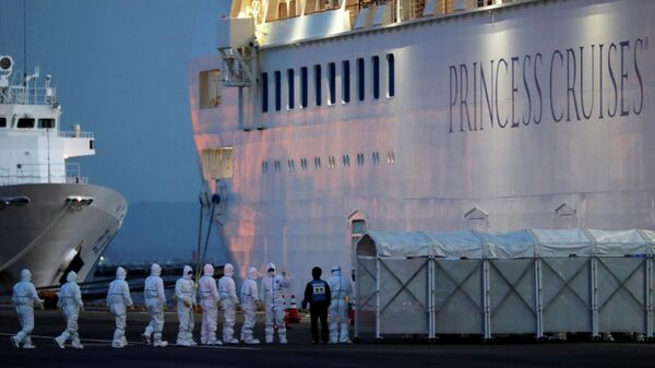 Военнослужащие в защитных костюмах поднимаются на борт круизного судна Diamond Princess в Йокогаме