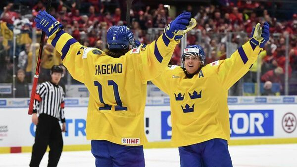 Шведский хоккеист Самуэль Фагемо отмечает заброшенную шайбу в матче сборной Швеции