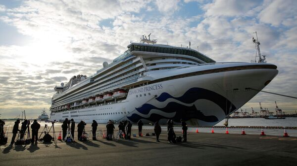 Круизное судно Diamond Princess в порту Йокогамы