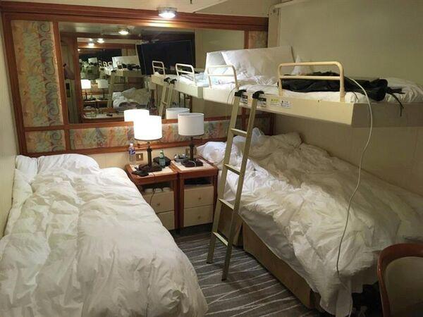 Каюта круизного лайнера Diamond Princess, где пассажиры находятся на карантине из-за подозрений на коронавирус на борту, в Йокогаме, Япония. 6 февраля 2020 года