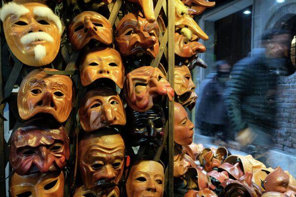 Карнавальные маски  в Венеции, Италия, 6 февраля 2020 года