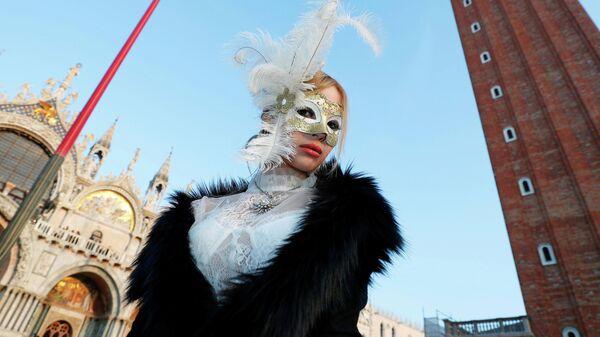 Участник карнавала на площади Святого Марка в Венеции, Италия, 8 февраля 2020 года