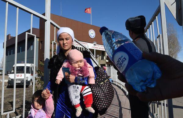 Этнические дунгане проходят через границу из Казахстана в Кыргызстан около города Токмак в 60 км от Бишкека