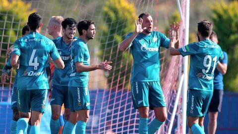 Игроки ФК Зенит радуются забитому мячу в товарищеском матче