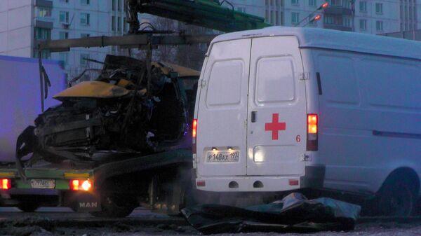 Последствия ДТП c участием микроавтобуса Mercedes-Benz и автомобиля такси на Кутузовском проспекте. 10 февраля 2020