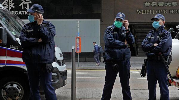 Полицейские в защитных масках на улице Гонконга