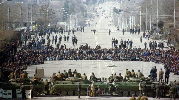 Танки на проспекте Ленина во время массовых беспорядков в Душанбе