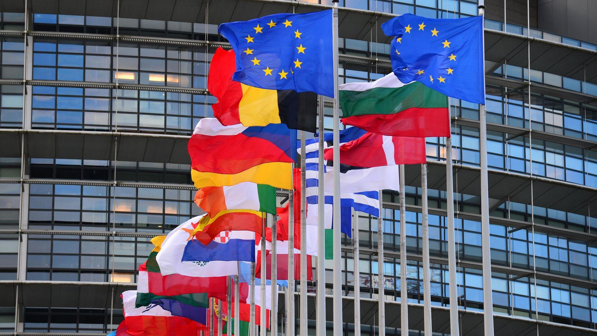 Флаги стран Евросоюза перед главным зданием Европейского парламента в Страсбурге - РИА Новости, 1920, 24.03.2021