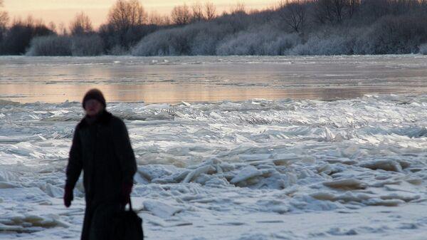 Женщина во время прогулки в морозный день