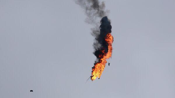 Вертолет правительственной армии Сирии, атакованный ракетой в провинции Идлиб