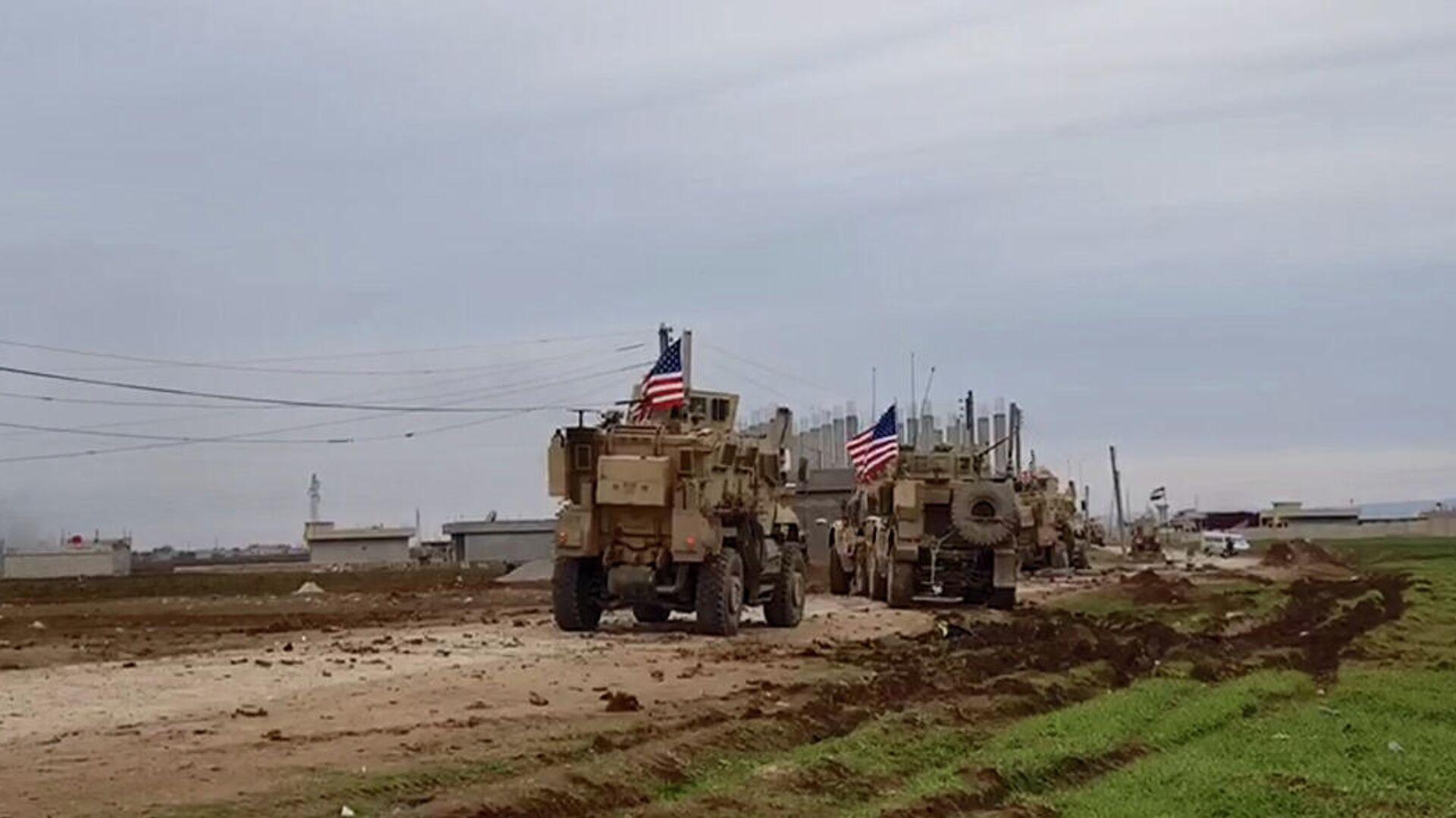 Военный конвой США в районе города Эль-Камышлы в Сирии - РИА Новости, 1920, 16.02.2021