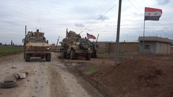 Военный конвой США в районе города Эль-Камышлы в Сирии
