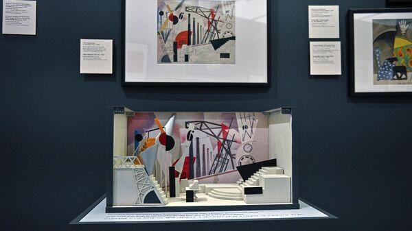 Тактильная модель эскиза театральной декорации на выставке художника Юрия Анненкова Революция за дверью в музее русского импрессионизма в Москве