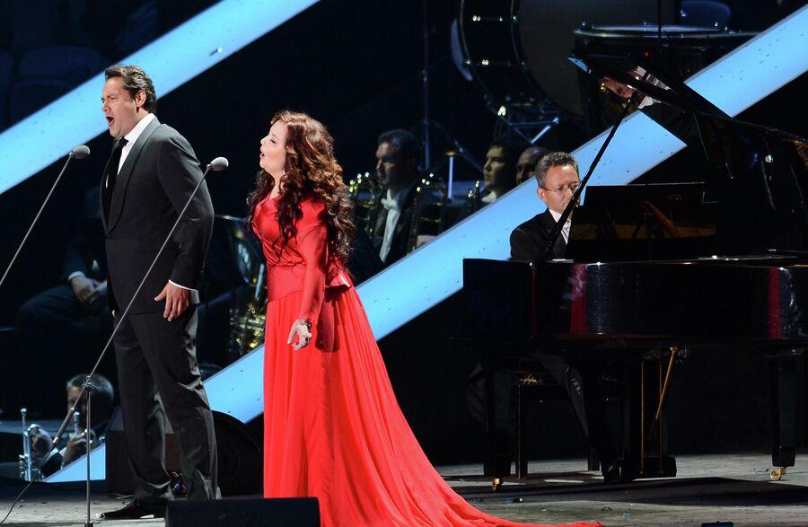 Оперный певец Ильдар Абдразаков и певица Альбина Шагимуратова на церемонии открытия XXVII Всемирной летней Универсиады, 2013