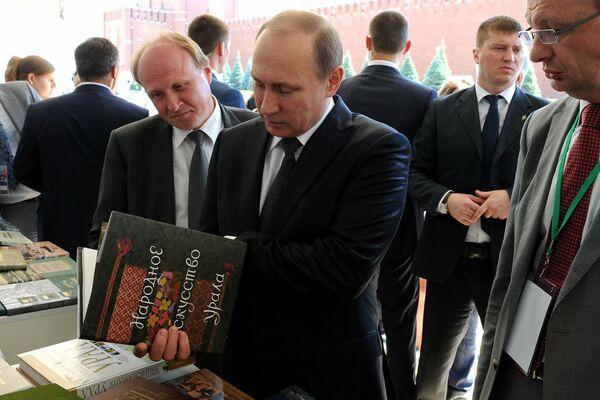 Кремль опубликовал заключительную часть архивных фотографий Путина