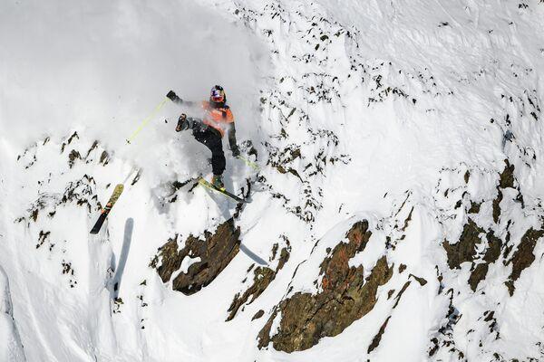 Фрирайдер Логан Пехота спускается по отвесной скале во время соревнований Freeride World Tour skiing and snowboarding в Канаде