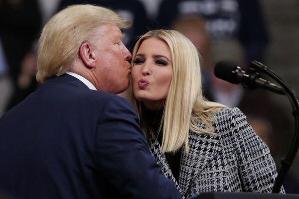 Президент США Дональд Трамп со своей дочерью Иванкой на предвыборном митинге в Манчестере, штат Нью-Гэмпшир