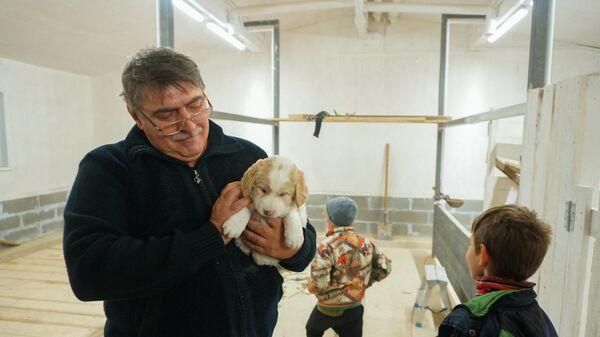 Николай Молнар с детьми и щенком