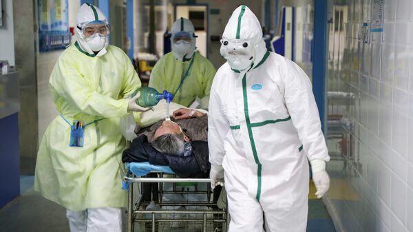 Медицинский персонал в защитных костюмах в больнице города Ухань в китайской провинции Хубэй