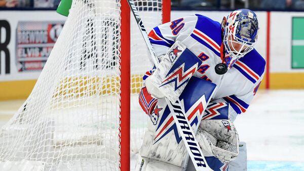 Вратарь Нью-Йорк Рейнджерс Александр Георгиев в матче НХЛ против Коламбус Блю Джекетс