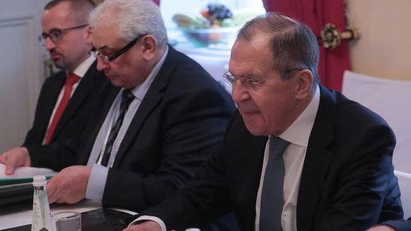 Глава МИД РФ С. Лавров во время беседы с главой МИД Того Р. Дюссэ