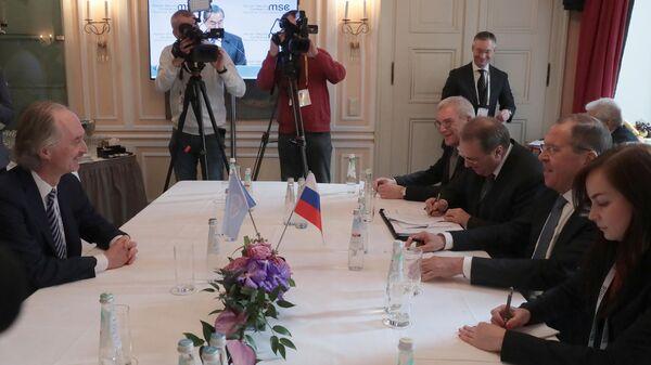 Министр иностранных дел РФ Сергей Лавров (второй справа) и спецпосланник Генерального секретаря ООН по Сирии Гейр Педерсен во время встречи в Мюнхене