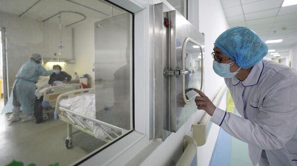 Медицинские работники в больнице Цзиньинтань в Ухани