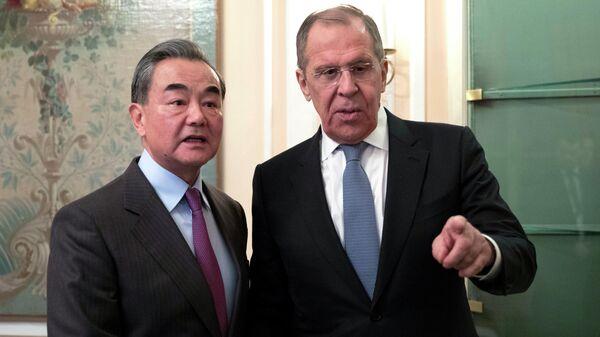 Министр иностранных дел РФ Сергей Лавров и министр иностранных дел Китая Ван И во время встречи в Мюнхене
