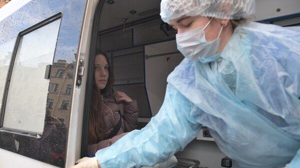 Жительница Петербурга Алла Ильина в машине скорой помощи после заседания Петроградского районного суда