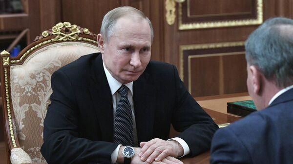 Президент РФ Владимир Путин во время встречи с  заместителем председателя правительства РФ Юрием Борисовым