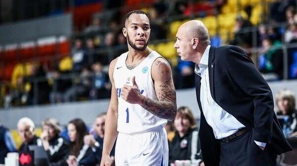 Баскетболист Енисея Дэвион Берри с тренером команды