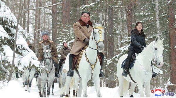 Лидер КНДР Ким Чен Ын во время подъема на священную гору Пэктусан