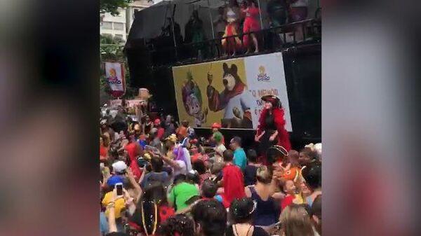 Персонажи мультфильма Маша и Медведь стали героями карнавала в Сан-Паулу