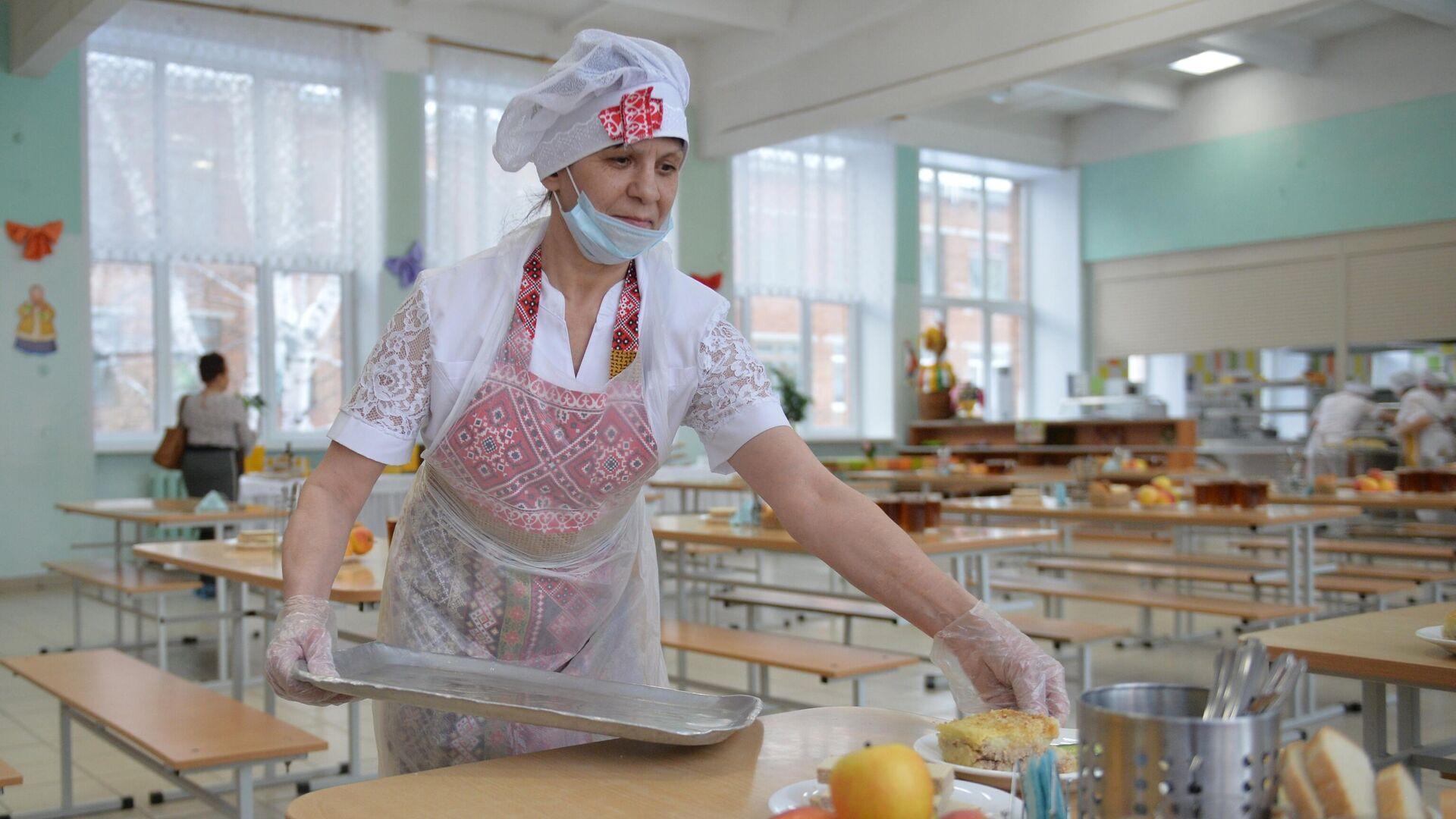 Работница школьной столовой разносит тарелки с едой - РИА Новости, 1920, 26.07.2021