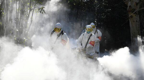Санитарные работники дезинфицируют жилой комплекс в китайском городе Бочжоу
