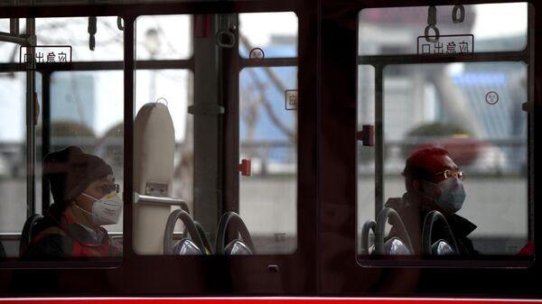 Пассажиры автобуса в защитных масках, Китай