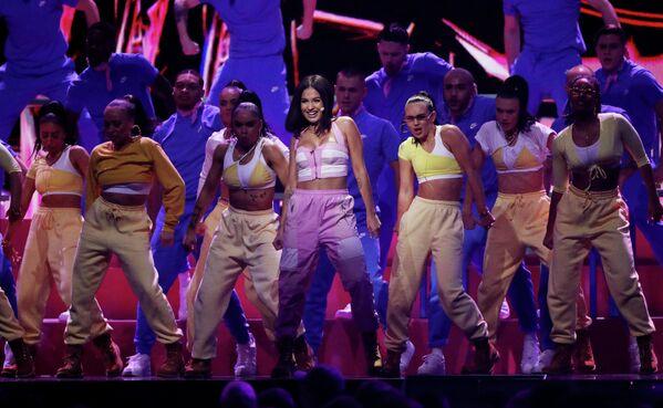 Певица Mabel во время выступления на церемонии вручения премии Brit Awards в Лондоне