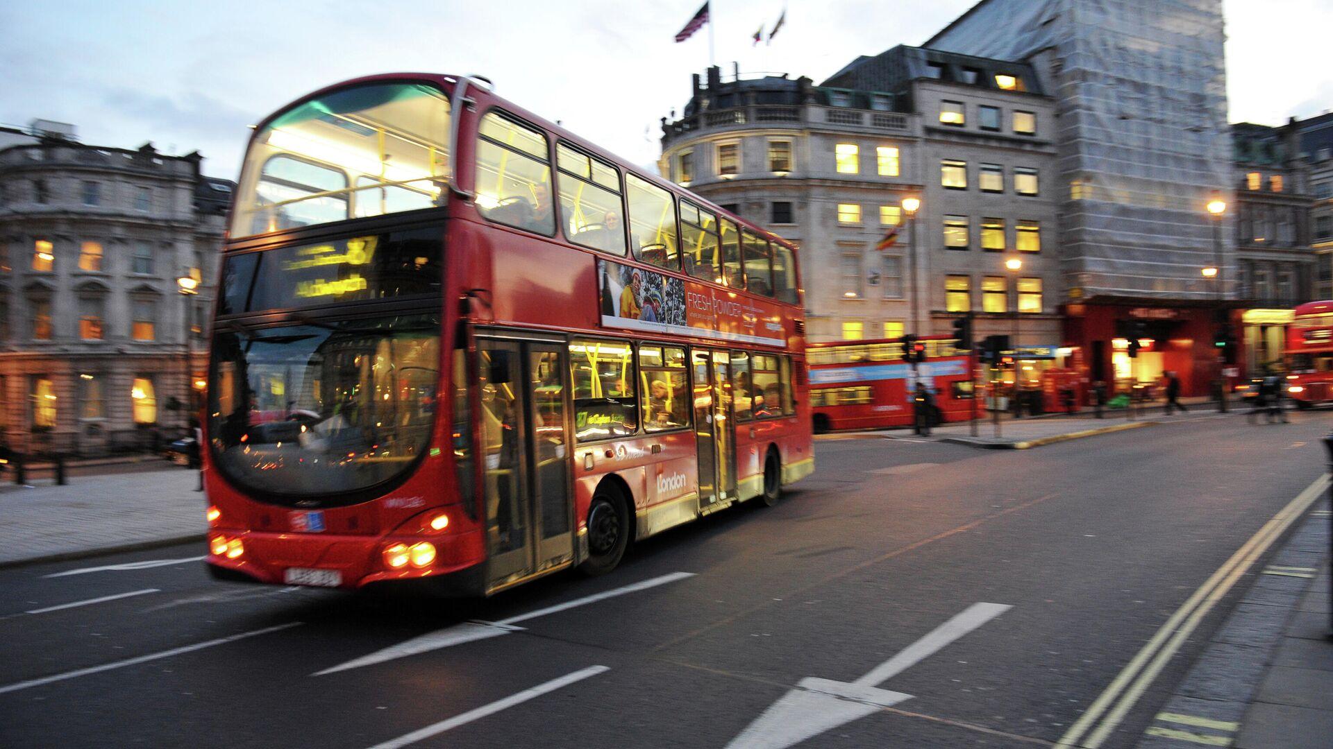 Двухъярусный автобус на Трафальгарской площади в Лондоне - РИА Новости, 1920, 24.11.2020