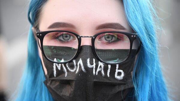Девушка с повязкой на лице