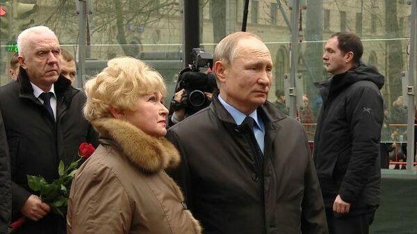 Владимир Путин возложил цветы к памятнику Анатолия Собчака