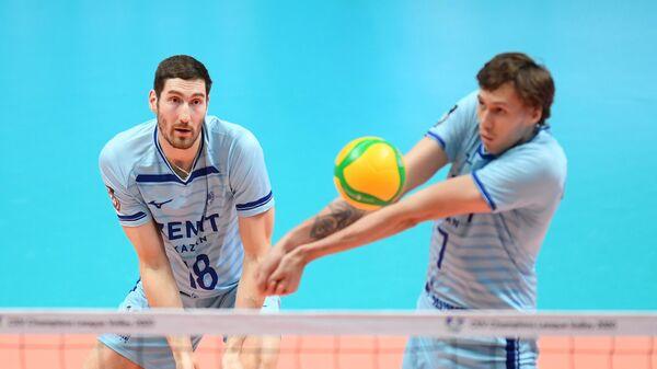 Игроки ВК Зенит-Казань Максим Михайлов (слева) и Вадим Лихошерстов