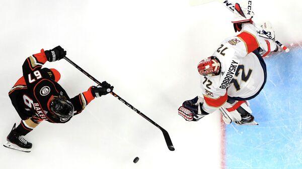 Игрок ХК Флорида Пантерз Сергей Бобровский (справа) и игрок ХК Анахайм Дакс Рикард Ракелль в матче регулярного чемпионата Национальной хоккейной лиги (НХЛ)