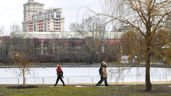 Прохожие в Парке Горького в Москве